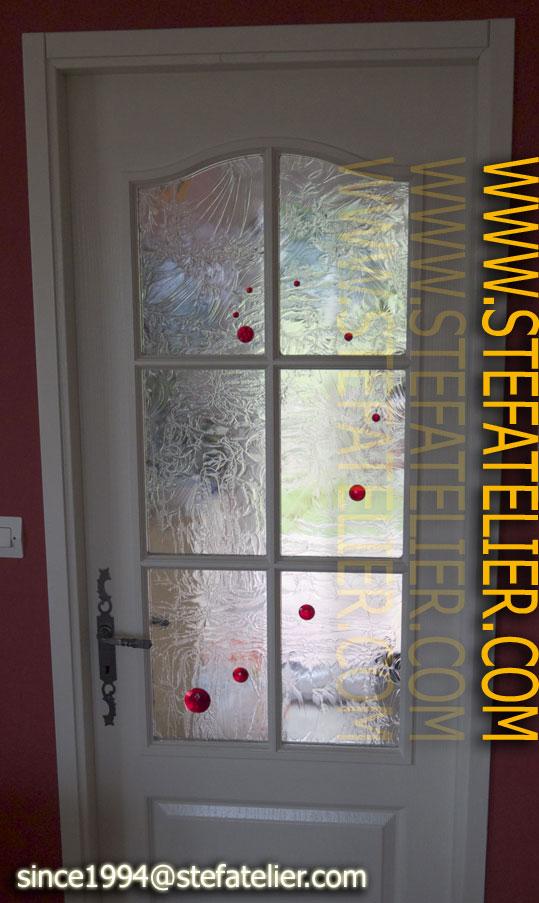 création à base de collage de cabochons en verre