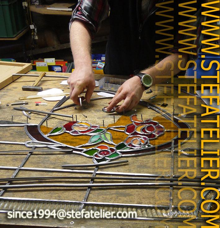 mise en plomb d'un vitrail art déco pour une maison à Nancy par Stef de Stef Atelier vitraux d'art en Lorraine meurthe et moselle
