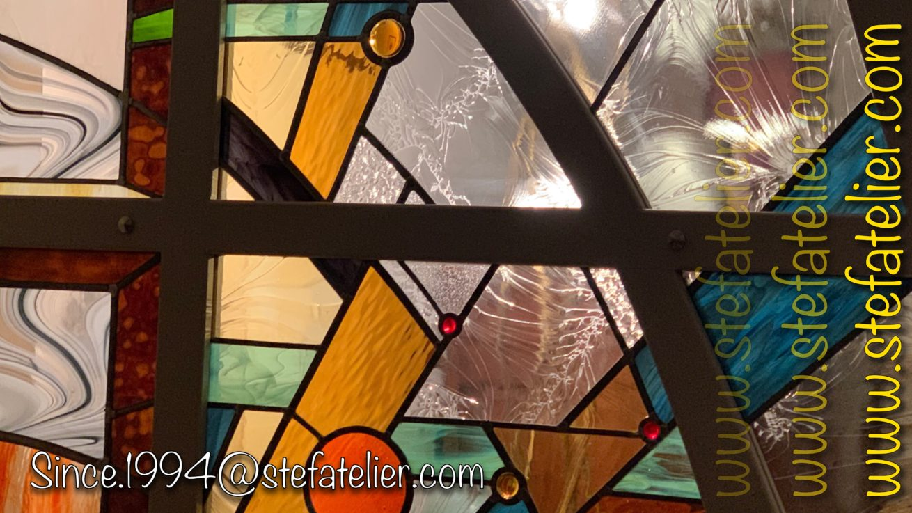 gros plan vitrail moderne