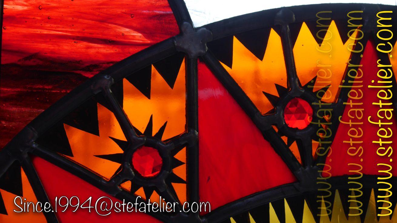 gros plan vitrail rouge et orange
