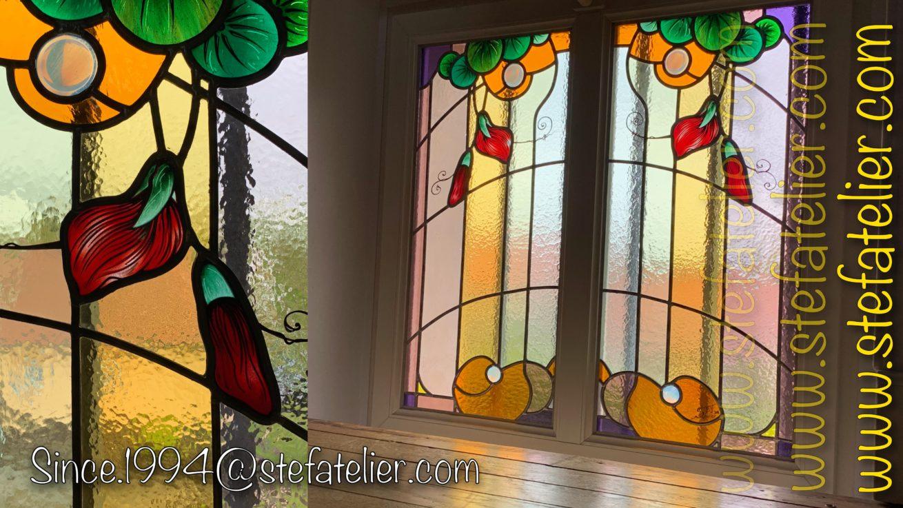 montée escalier vitrail aux fleurs rouge