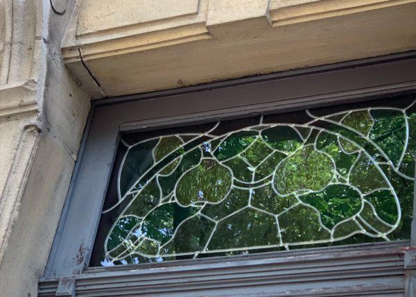 vue de l'extérieur d'un vitrail aux motifs de citrons