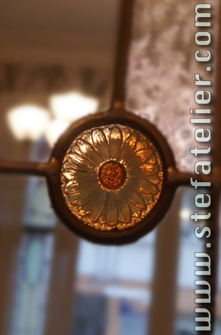 cabochon ancien inscéré dans un vitrail de création pour coller au thème de la maison