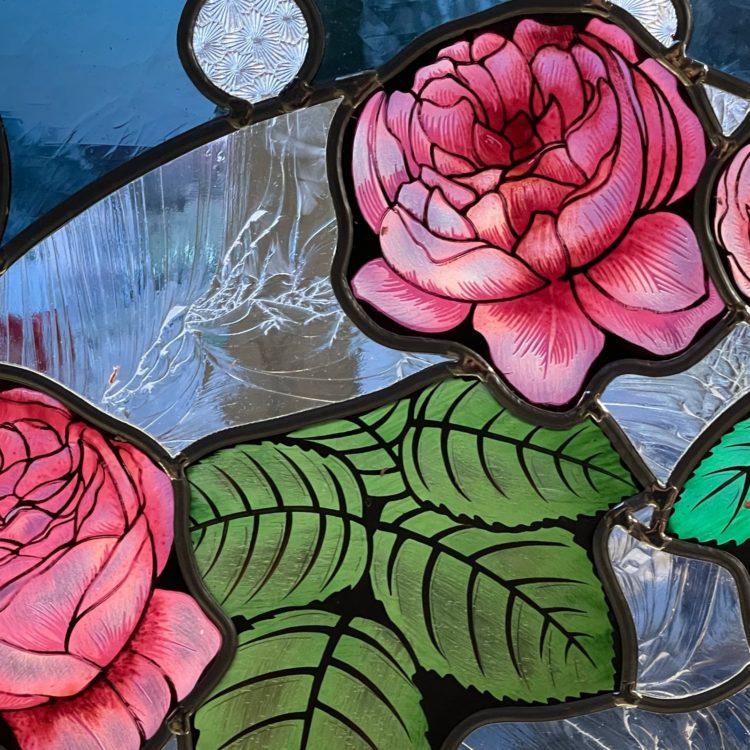 vitrail motifs de roses couleur rose