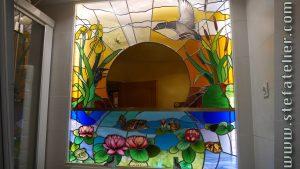 vitrail paysage avec nénuphars et cols vert pour salle de bain et miroir central doré