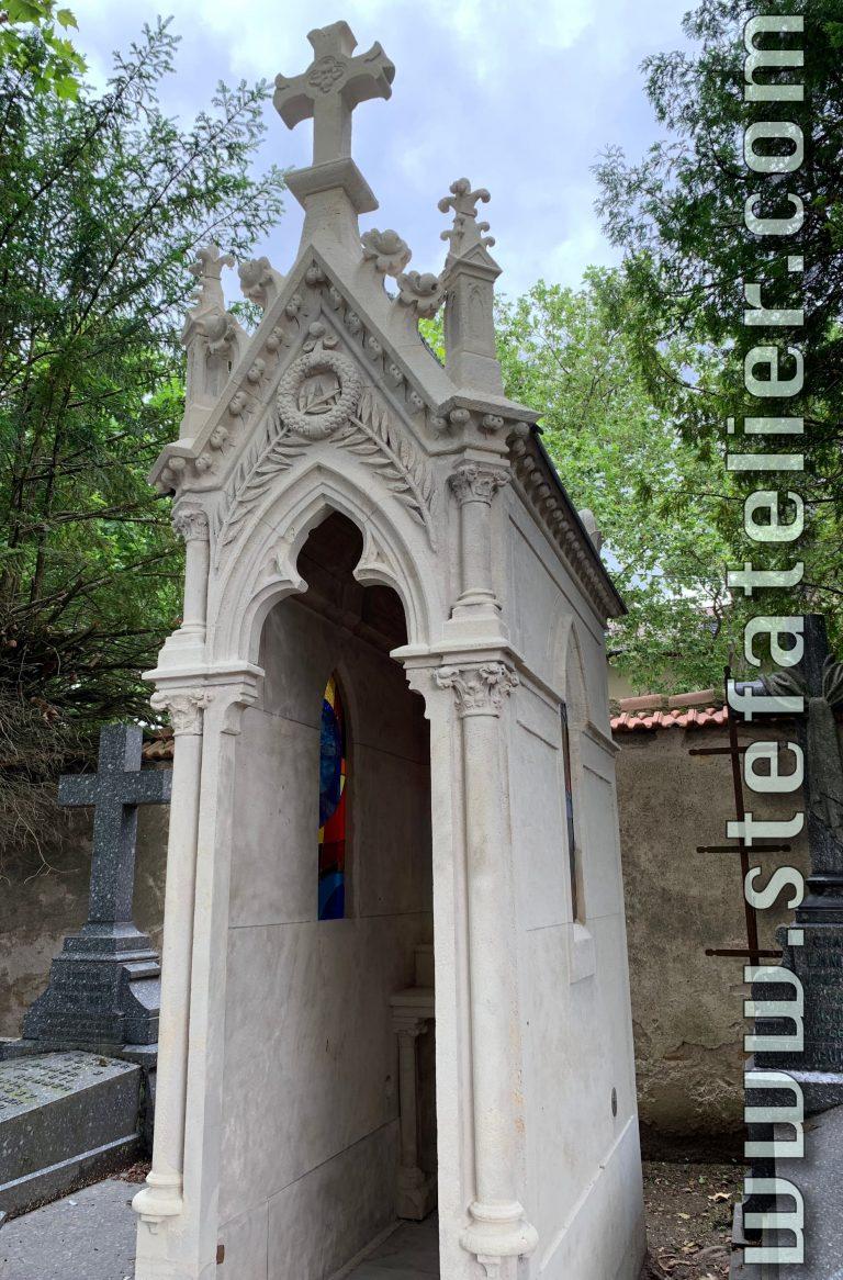 vitrail moderne dans un chapelle de cimetière à Nancy